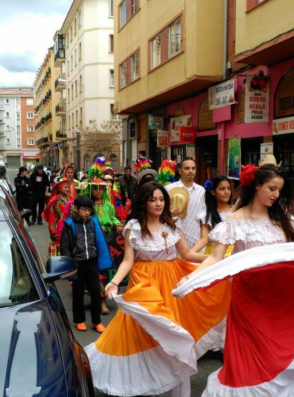 Hego Amerikako dantza tradizionalak Arrosadiko kaleetan, iazko apirilean