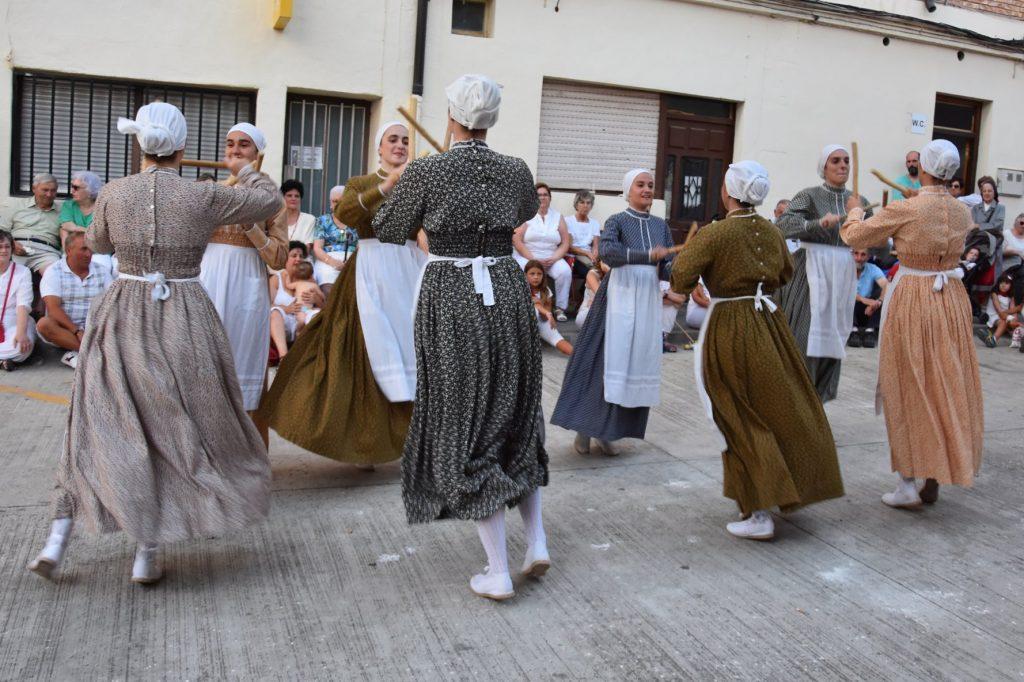 Oberenako dantzariak Larragan, Lapurdiko makil dantza egiten