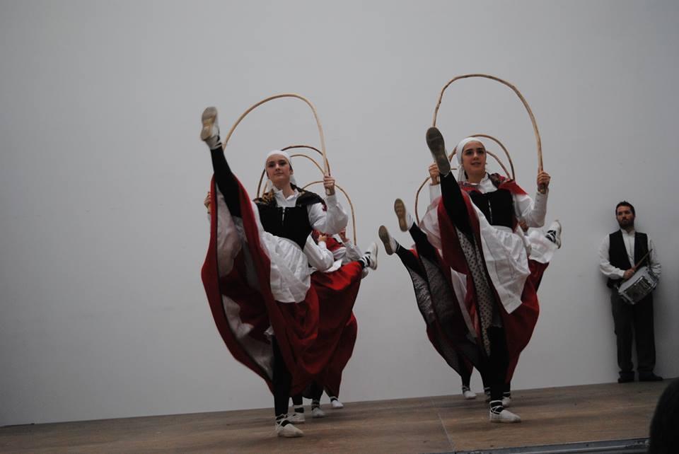 Oberenako dantzariak, uztai dantza plazaratzen, iaz, Uharten